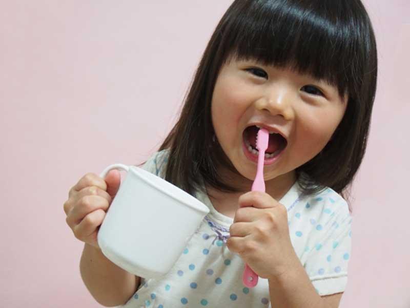 楽しそうに歯磨きをする子供
