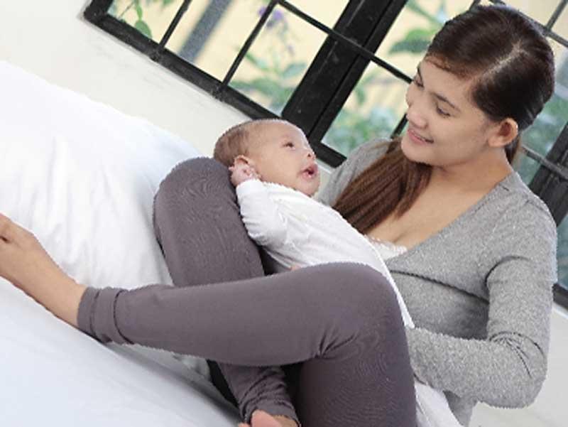 赤ちゃんを抱っこしているお母さん