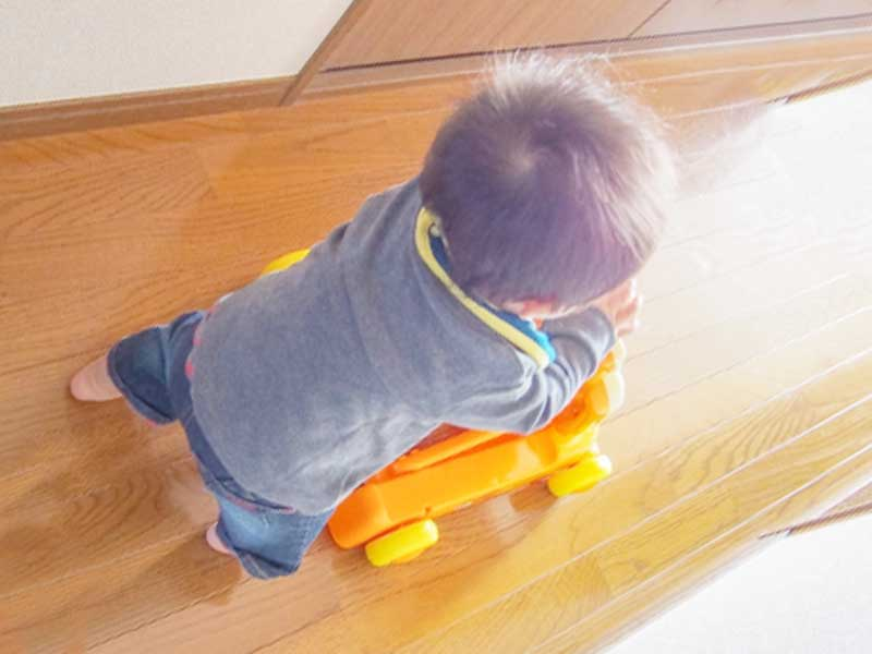 自宅で遊んでいる赤ちゃん