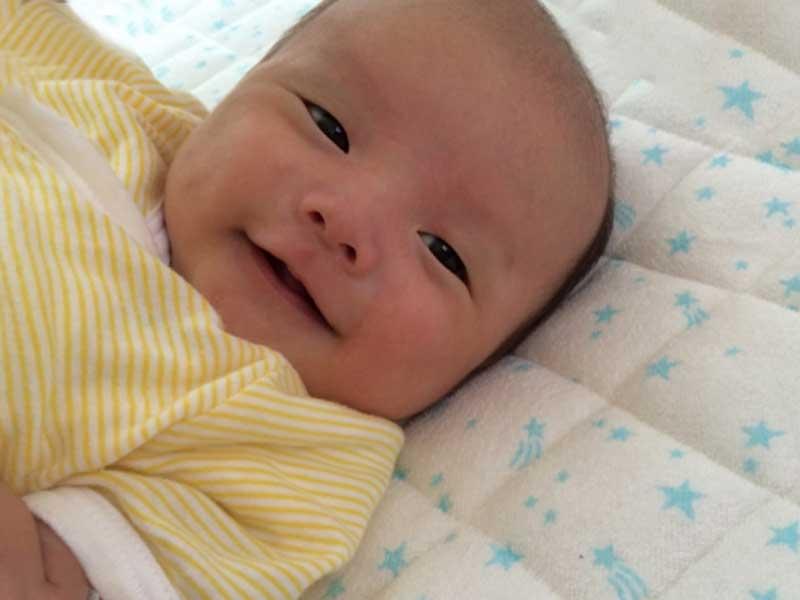 元気で笑顔の赤ちゃん