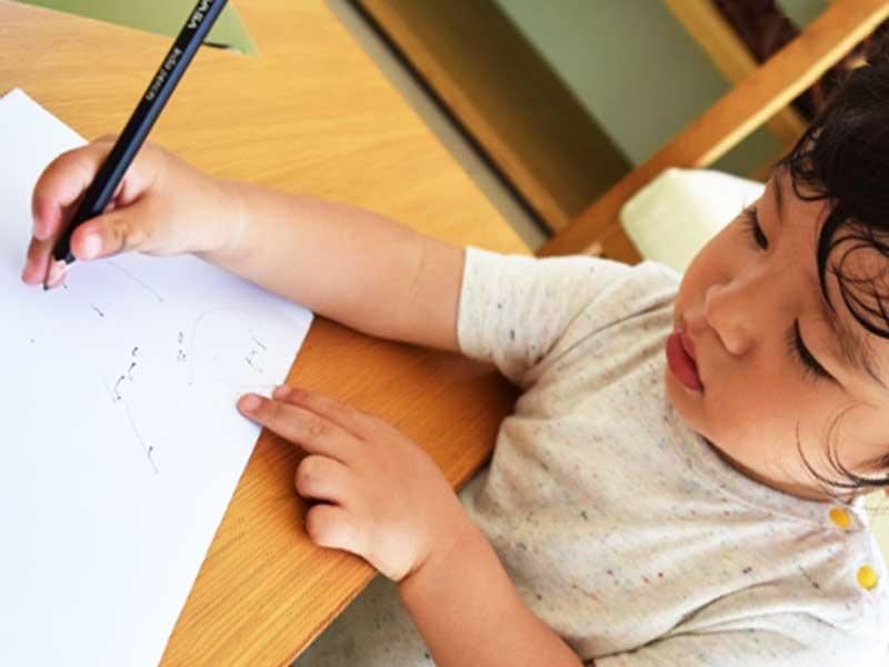集中して絵を描いている子供