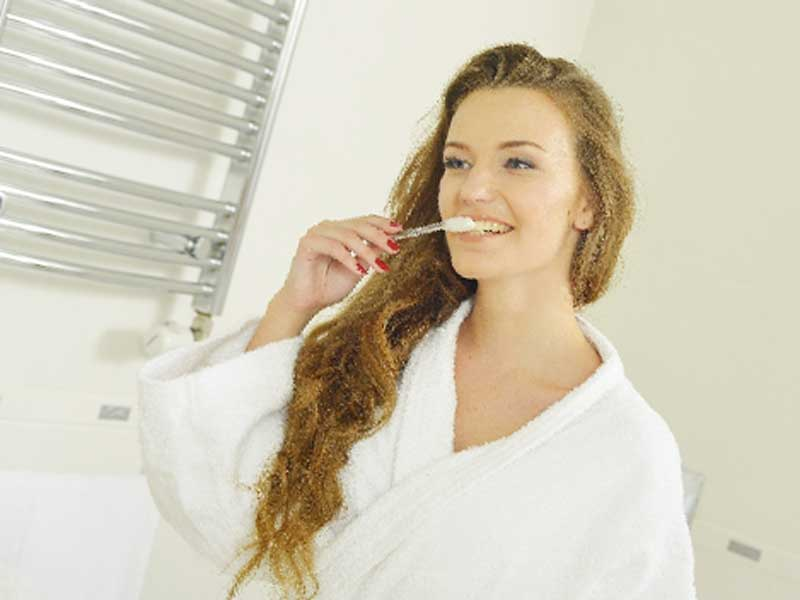 寝る前に歯磨きをしている女性