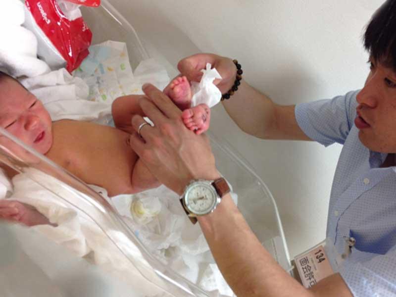 赤ちゃんのおむつを交換するお父さんのイラスト