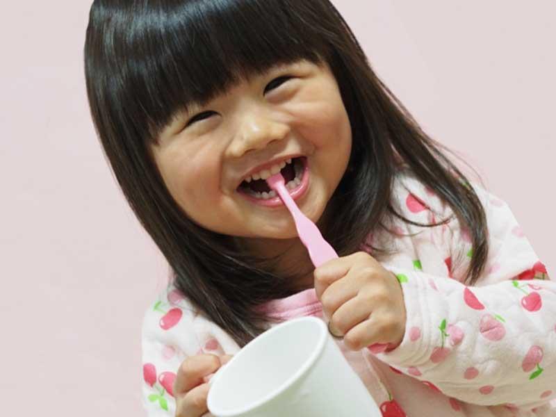 歯磨きをしている可愛い女の子