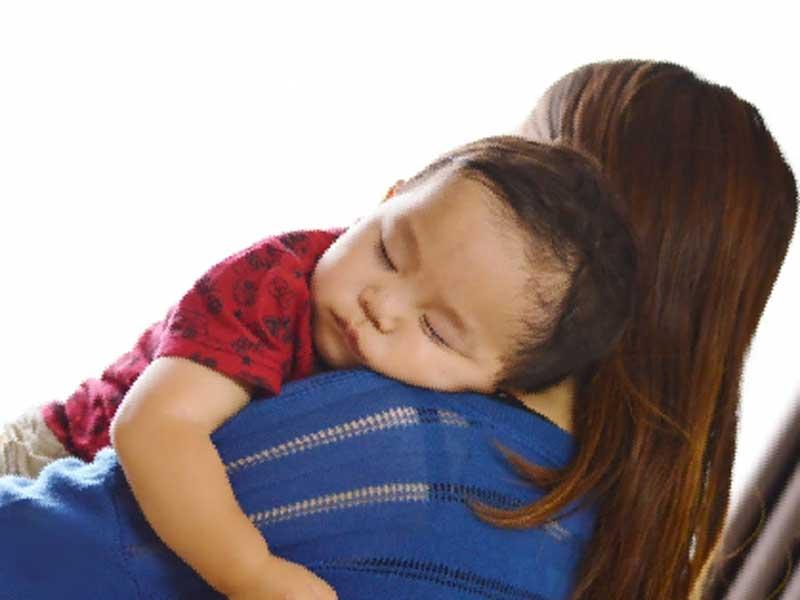 ママに抱っこされ寝ている赤ちゃん