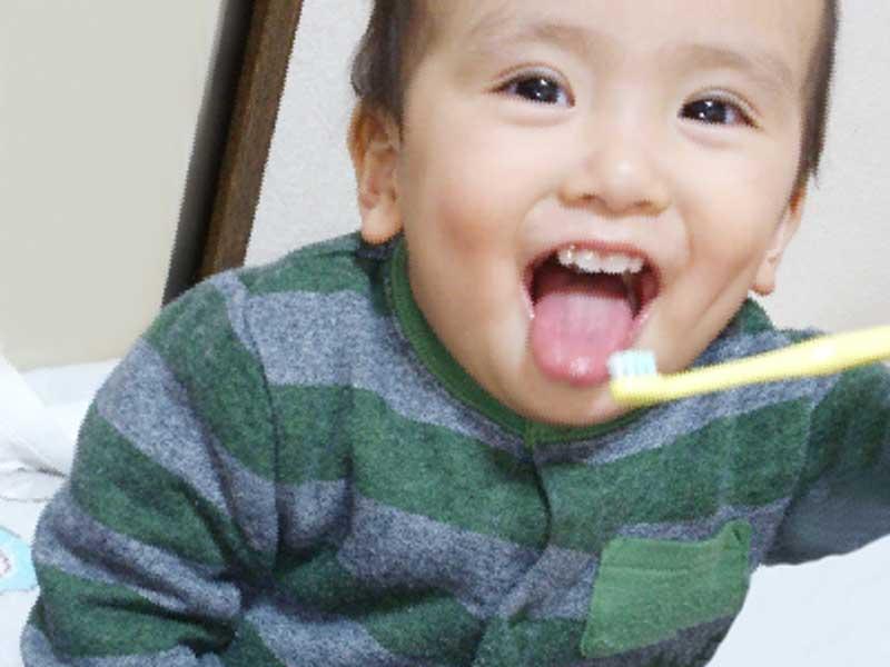 喜んで歯磨きをする赤ちゃん