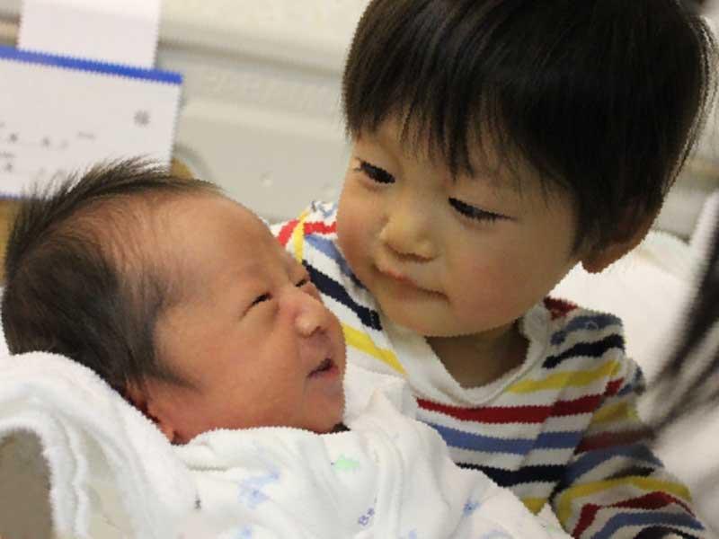 生まれたばかりの赤ちゃんが大好きな兄