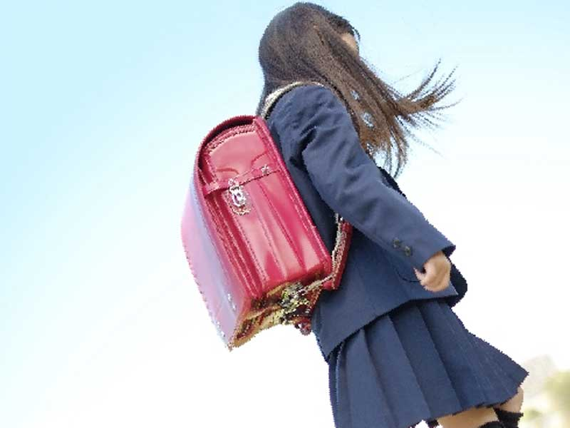 登校中の小学生