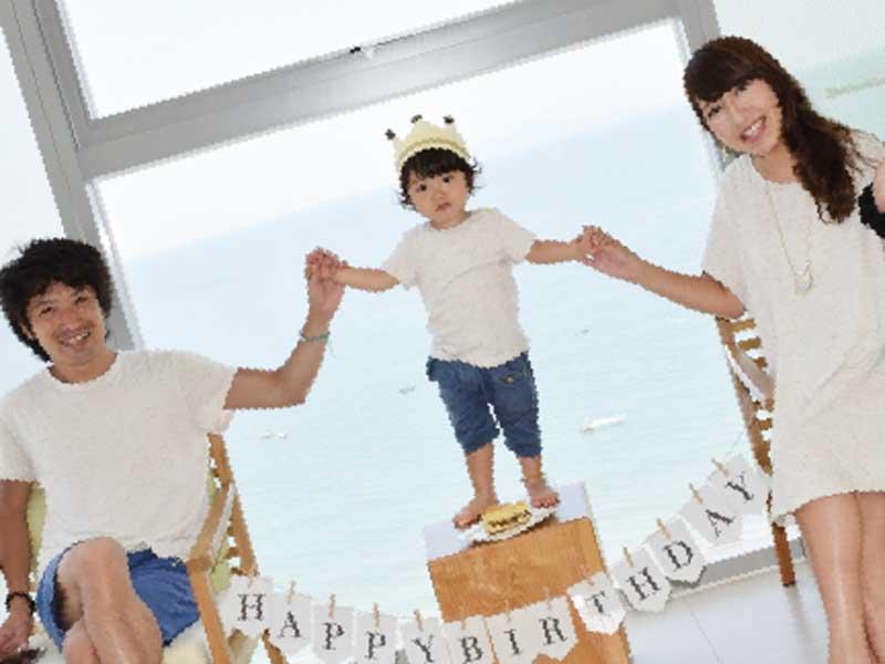 誕生日記念写真を撮影している家族