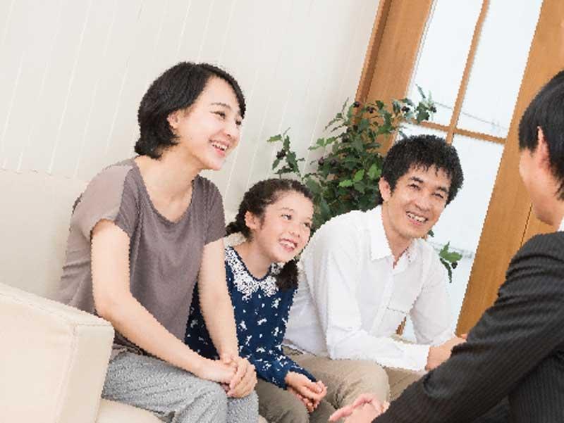来客に笑顔で対応する家族