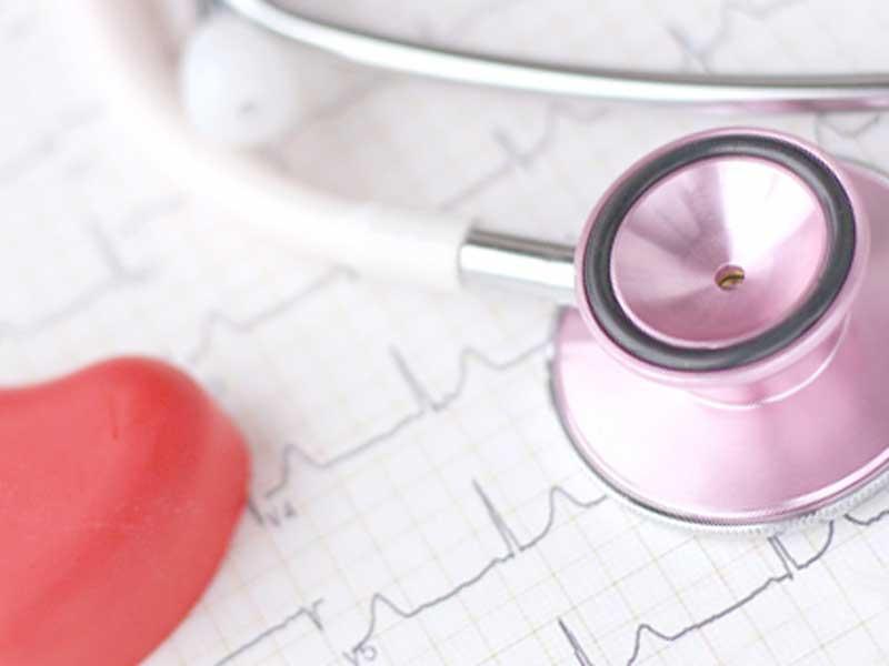 心臓検査に使う聴診器と心電図