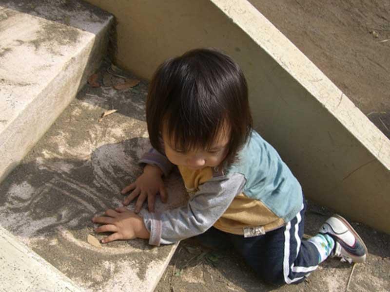 階段を上っている赤ちゃん