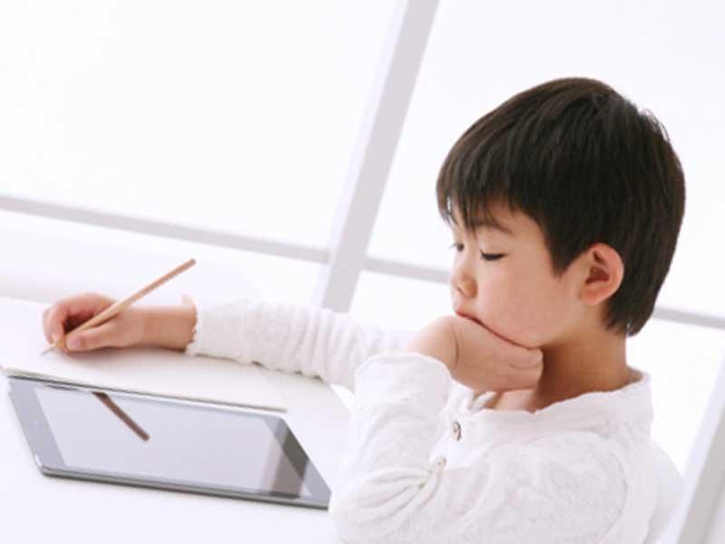 勉強をしている子供