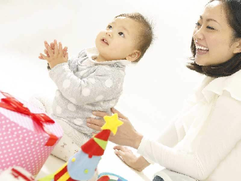 赤ちゃんと遊んでいるお母さん