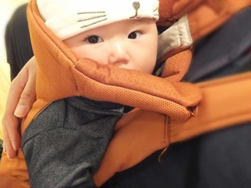 抱っこ紐で抱っこされている赤ちゃん