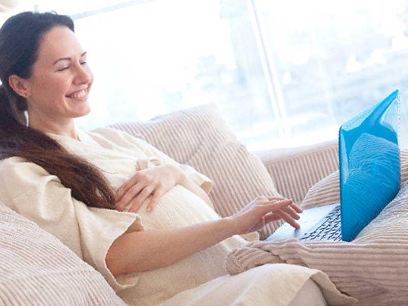 パソコンを見ている妊婦さん