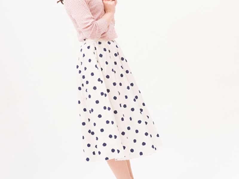 スカートを履いている女性