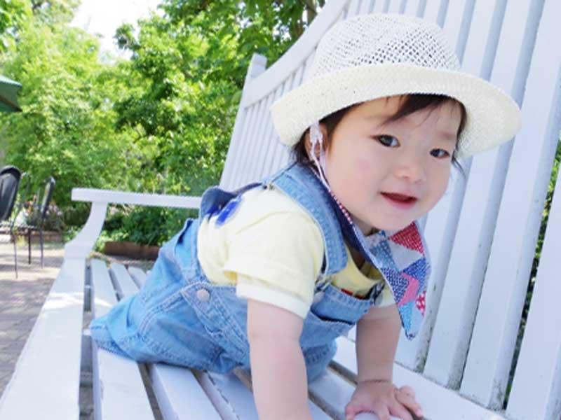 外で遊んでいる赤ちゃん