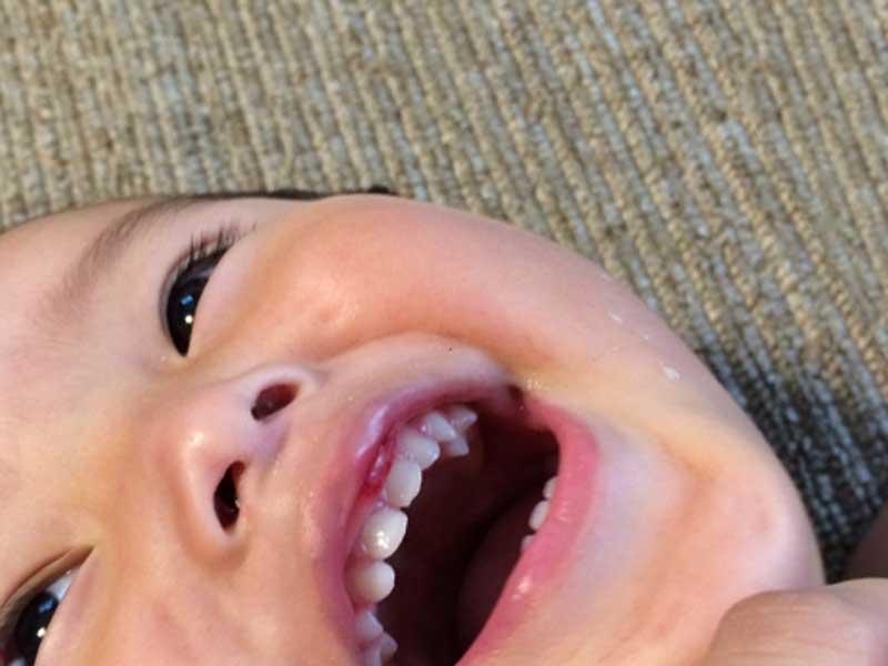 乳歯が入っている笑顔の子供