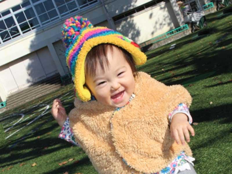 ベービーケーブを着て遊んでいる赤ちゃん