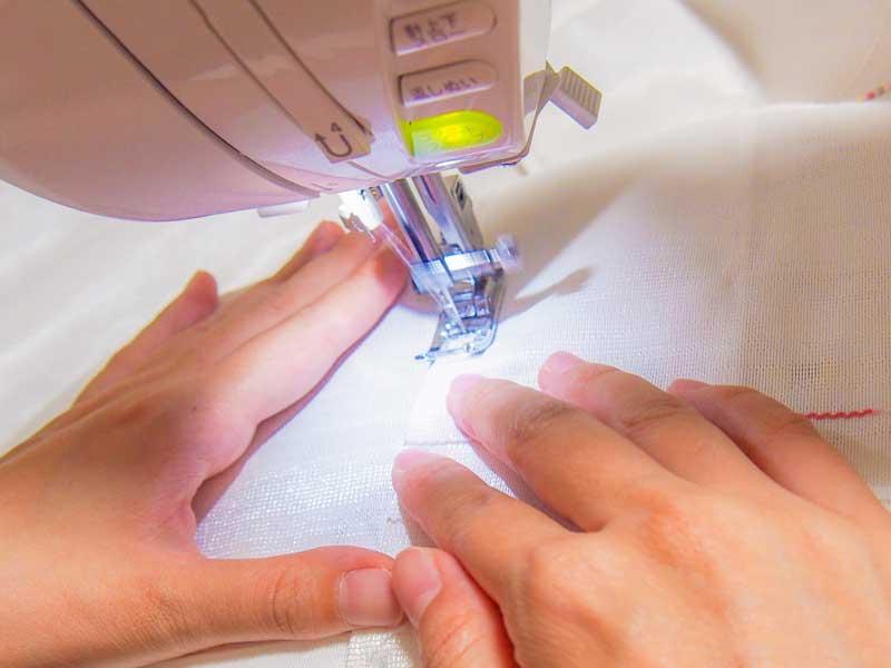 ミシンで手作りをしている女性