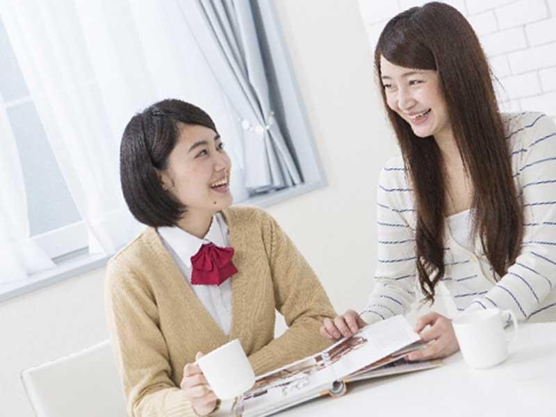 親と相談をしている中学生
