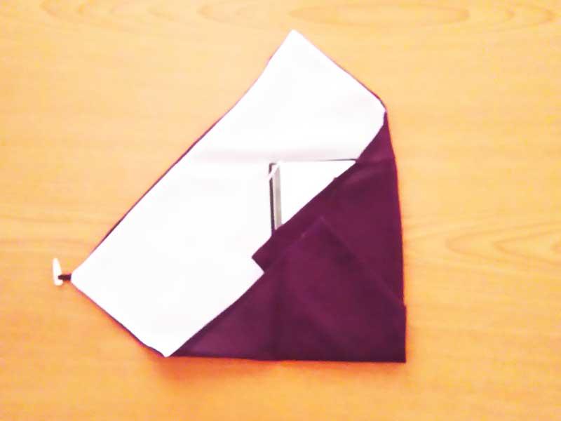香典袋を包む袱紗