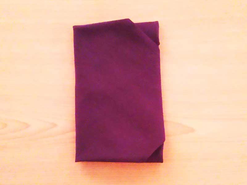 袱紗で包んでいる香典袋