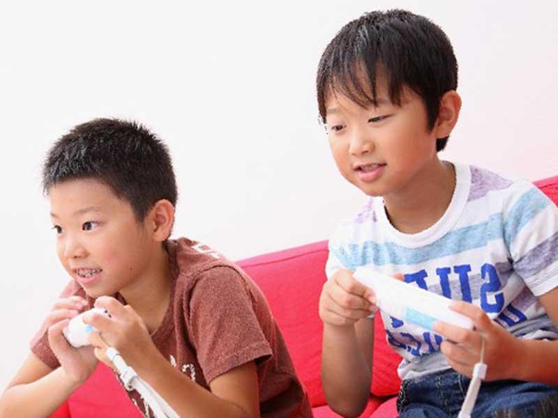 ゲームで遊んでいる子供達