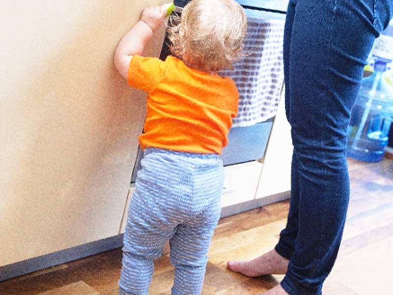 キッチンに立っている赤ちゃん