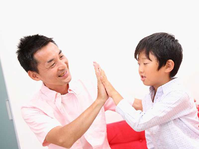 子供と遊んでいるお父さん