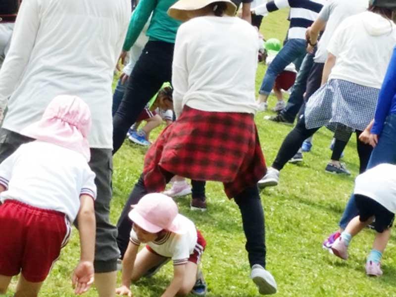 ダンスしている子供達とママ達