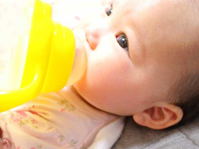 白湯を飲んでいる赤ちゃん