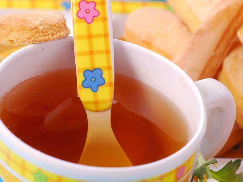 麦茶のコップの中に入っている赤ちゃん用スプーン