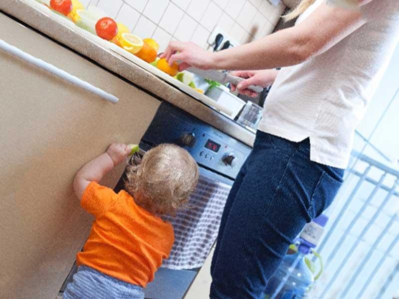 お母さんとキッチンに立っている赤ちゃん