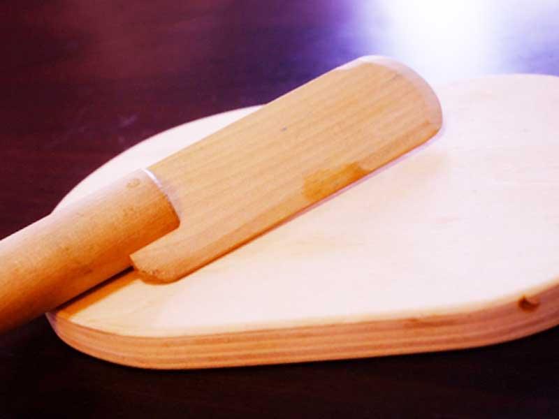 木製の調理セットの包丁とまな板