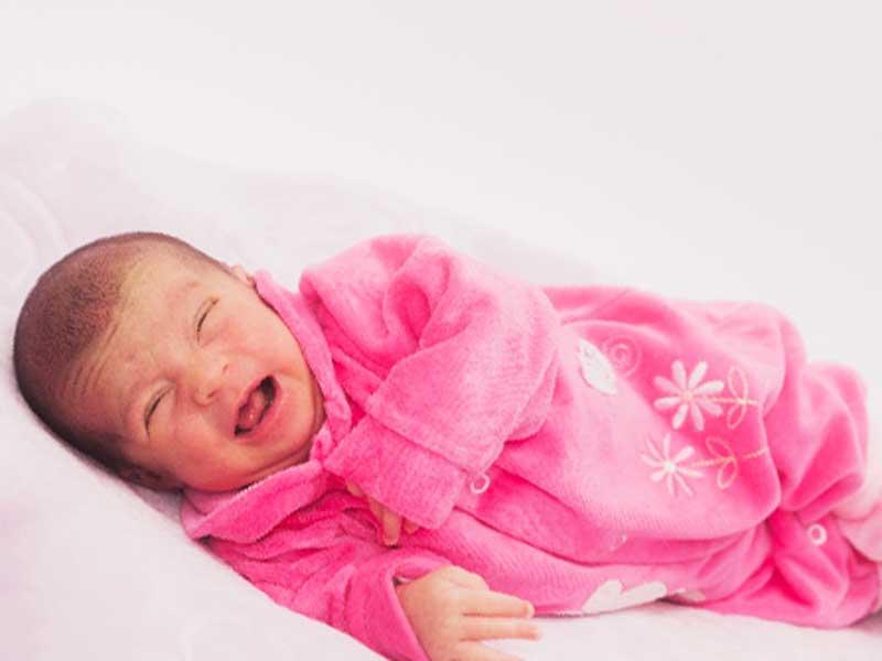 泣いている新生児の赤ちゃん