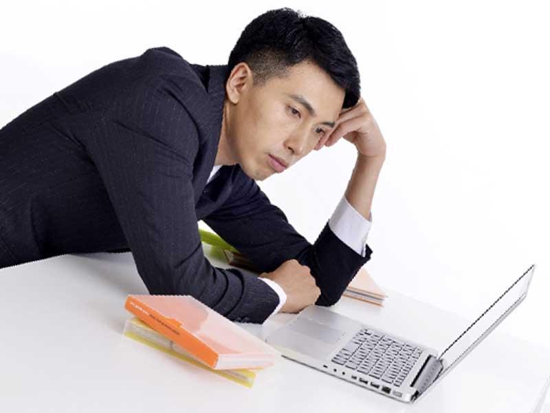 仕事で苦労をする男性