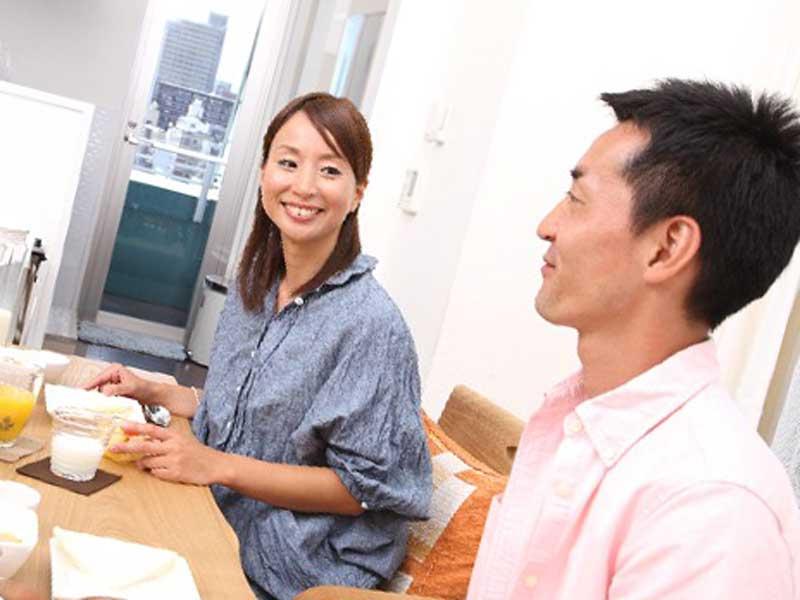 食事をしながら会話をする夫婦