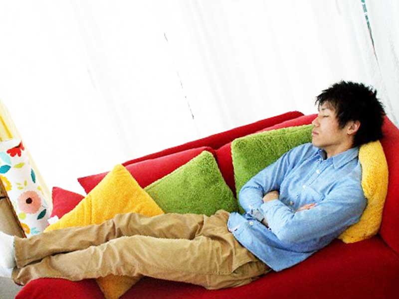 自宅のソファの上で寝ている旦那さん