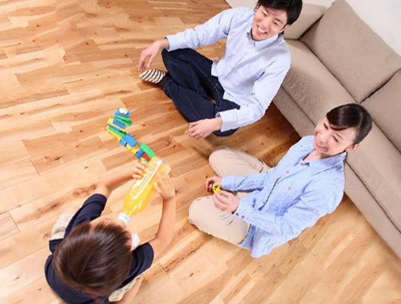 子どもと遊んでいるお母さんとお父さん