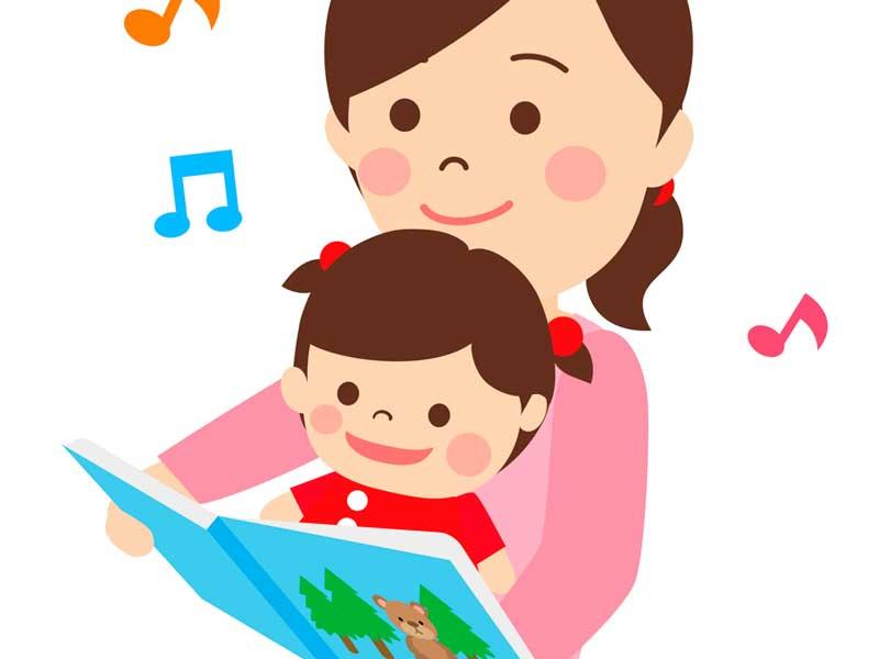 赤ちゃんに絵本を読んであげているママ