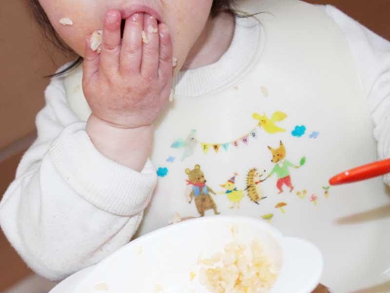 手で離乳食を食べている赤ちゃん