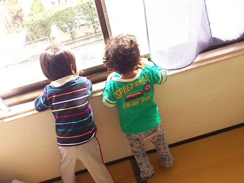 幼稚園で友達と遊ぶ子供