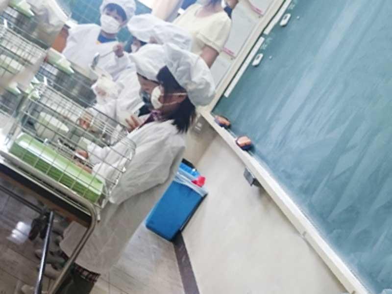 学校の給食当番の子供達