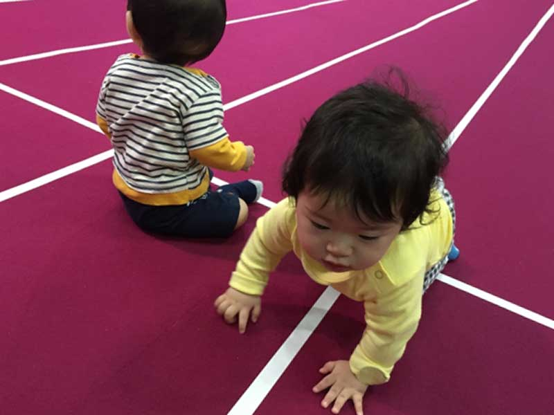 保育園で遊んでいる子供達