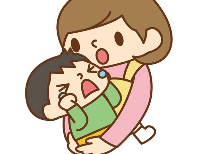 泣いている子供を抱っこする保育園の先生のイラスト
