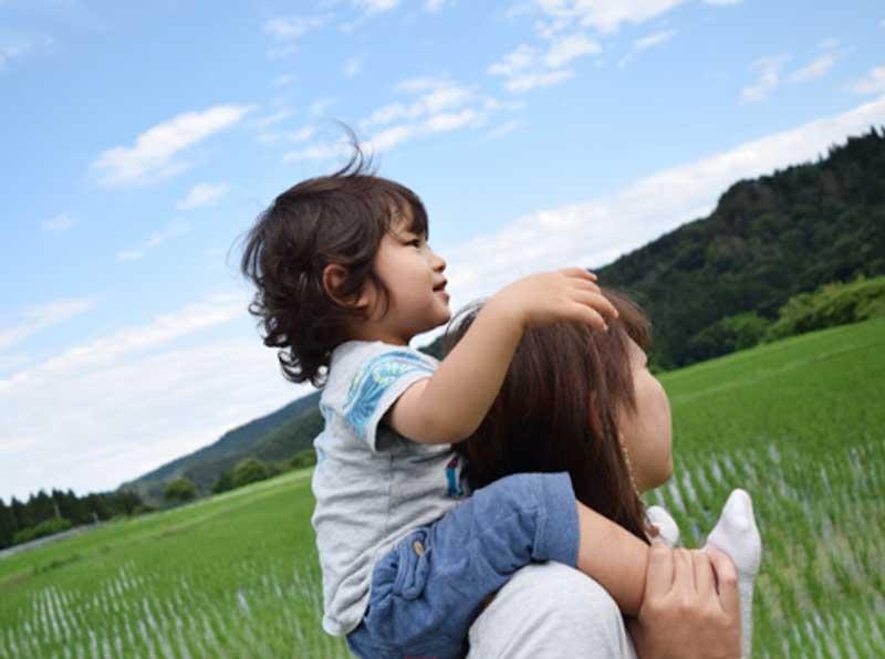 子供をおんぶする女性
