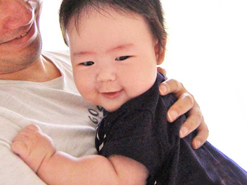 お父さんに抱っこされている赤ちゃん