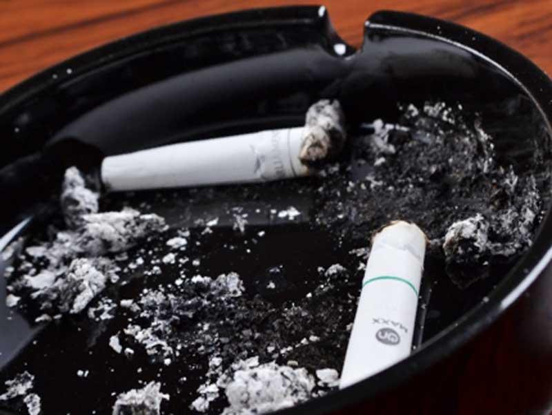 たばこの吸い殻と灰皿